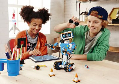 resized_LEGO_BOOST_niños-robots-jugando-Vernie